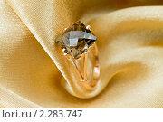 Купить «Золотое кольцо с топазом на золотом шелке», фото № 2283747, снято 11 декабря 2010 г. (c) ElenArt / Фотобанк Лори