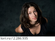 Портрет девушки на темном фоне. Стоковое фото, фотограф Лена Лазарева / Фотобанк Лори
