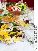 Сырная тарелка и свежие овощи на праздничном столе. Стоковое фото, фотограф Кекяляйнен Андрей / Фотобанк Лори