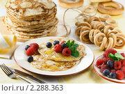 Купить «Блины с ягодами и медом на праздничном столе», эксклюзивное фото № 2288363, снято 19 января 2011 г. (c) Лисовская Наталья / Фотобанк Лори