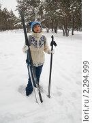 Купить «Женщина с лыжами», фото № 2294999, снято 23 января 2011 г. (c) Светлана Кузнецова / Фотобанк Лори