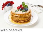 Купить «Блины с ягодами и медом», фото № 2299619, снято 17 января 2011 г. (c) Лисовская Наталья / Фотобанк Лори