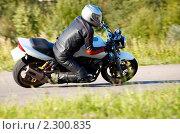 Мотоциклист проходит поворот в наклоне. Стоковое фото, фотограф Алексей Жуков / Фотобанк Лори