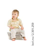 Маленький мальчик сидит на стопке журналов. Стоковое фото, фотограф Сергей Коршенюк / Фотобанк Лори