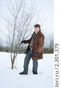 Купить «Мужчина утаптывает снег под плодовым деревом», фото № 2301379, снято 5 декабря 2010 г. (c) Майя Крученкова / Фотобанк Лори