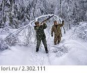 Купить «Два охотника в зимнем лесу», фото № 2302111, снято 17 декабря 2010 г. (c) Владимир Сергеев / Фотобанк Лори