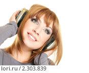 Купить «Девушка в наушниках слушает музыку», фото № 2303839, снято 25 января 2011 г. (c) Вера Франц / Фотобанк Лори