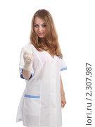 Купить «Медсестра собирается делать укол», фото № 2307987, снято 21 мая 2010 г. (c) Евгений Батраков / Фотобанк Лори