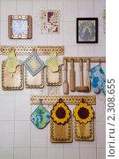 Купить «Деревянная кухонная утварь на стене», фото № 2308655, снято 26 января 2011 г. (c) Владимир Фаевцов / Фотобанк Лори