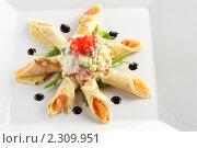 Закуска с лососем на светлой тарелке на белом фоне. Стоковое фото, фотограф Андрей Алпатов / Фотобанк Лори