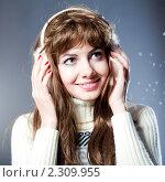 Купить «Портрет красивой брюнетки в наушниках», фото № 2309955, снято 26 августа 2019 г. (c) Юлия Колтырина / Фотобанк Лори