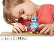 Купить «Девочка играет с роботом», фото № 2314923, снято 24 марта 2010 г. (c) Losevsky Pavel / Фотобанк Лори