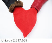 Купить «Вязаная муфта для рук в форме сердца», фото № 2317659, снято 3 февраля 2011 г. (c) Ирина Борсученко / Фотобанк Лори