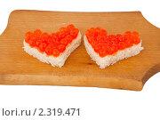 Два кусочка хлеба в форме сердца с красной икрой. Стоковое фото, фотограф Вадим Карпусь / Фотобанк Лори