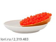 Хлеб с красной икрой на тарелке. Стоковое фото, фотограф Вадим Карпусь / Фотобанк Лори