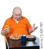 Толстый и лысый мужчина счастлив за столиком с едой. Стоковое фото, фотограф Михаил Иванов / Фотобанк Лори