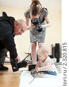 Мама и папа фотографируют своего ребёнка. Стоковое фото, фотограф Михаил Иванов / Фотобанк Лори