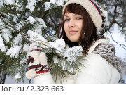 Купить «Весёлая девушка гуляет в зимнем лесу», фото № 2323663, снято 23 января 2011 г. (c) Зореслава / Фотобанк Лори
