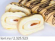 Купить «Бисквитный рулет с абрикосовой начинкой», эксклюзивное фото № 2325523, снято 7 февраля 2011 г. (c) Шичкина Антонина / Фотобанк Лори
