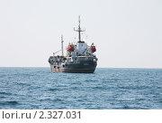 Купить «Грузовой корабль на рейде Новороссийского порта», фото № 2327031, снято 6 августа 2010 г. (c) Наталья Волкова / Фотобанк Лори