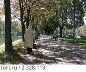 Купить «Люди гуляют по осеннему парку», эксклюзивное фото № 2328119, снято 21 сентября 2010 г. (c) lana1501 / Фотобанк Лори