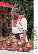 Продавец глиняной посуды (2010 год). Редакционное фото, фотограф Николай Коржов / Фотобанк Лори