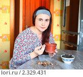 Купить «Женщина сажает луковицы крокусов для выгонки в горшок», эксклюзивное фото № 2329431, снято 8 февраля 2011 г. (c) Олеся Сарычева / Фотобанк Лори