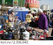 Купить «Уличная торговля посудой», эксклюзивное фото № 2336043, снято 26 марта 2019 г. (c) Володина Ольга / Фотобанк Лори
