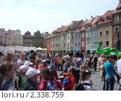 Туристы ждут, когда начнут бить часы ратуши на Рыночной площади в Познани (2009 год). Редакционное фото, фотограф Евгения Нижегородцева / Фотобанк Лори