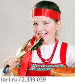 Купить «Девочка  облизывает деревянную ложку с красной икрой», фото № 2339039, снято 11 февраля 2011 г. (c) RedTC / Фотобанк Лори
