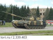 Купить «Современный танк Т-72 на полигоне в Кубинке», фото № 2339403, снято 12 сентября 2003 г. (c) Малышев Андрей / Фотобанк Лори