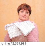 Купить «Женщина средних лет с коммунальными платежами», эксклюзивное фото № 2339991, снято 10 февраля 2011 г. (c) Юрий Морозов / Фотобанк Лори