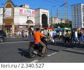 Купить «Люди переходят дорогу по пешеходному переходу. Уральская улица. Москва», эксклюзивное фото № 2340527, снято 9 июля 2010 г. (c) lana1501 / Фотобанк Лори