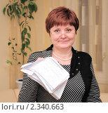 Купить «Женщина с коммунальными платежами», эксклюзивное фото № 2340663, снято 10 февраля 2011 г. (c) Юрий Морозов / Фотобанк Лори