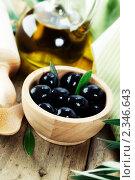 Купить «Оливки и оливковое масло на белом фоне», фото № 2346643, снято 6 февраля 2011 г. (c) Наталия Кленова / Фотобанк Лори