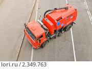 Купить «Новая уборочная машина для уборки улиц. Вид сверху», эксклюзивное фото № 2349763, снято 15 мая 2010 г. (c) Алёшина Оксана / Фотобанк Лори