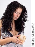 Девушка с морской раковиной. Стоковое фото, фотограф Зуйкова Ольга Васильевна / Фотобанк Лори