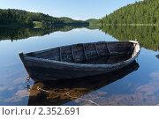 Купить «Лодка на реке Умба», фото № 2352691, снято 6 июля 2010 г. (c) Михаил Иванов / Фотобанк Лори