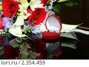 Свадебные кольца на фоне цветов. Стоковое фото, фотограф Смоляков Владислав / Фотобанк Лори