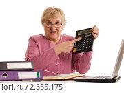 Купить «Пожилая женщина с калькулятором», фото № 2355175, снято 19 февраля 2011 г. (c) Воронин Владимир Сергеевич / Фотобанк Лори