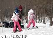 Купить «Первые шаги на горных лыжах», фото № 2357119, снято 20 февраля 2011 г. (c) RedTC / Фотобанк Лори