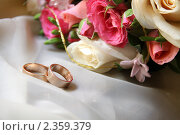 Обручальные кольца на фоне цветов. Стоковое фото, фотограф Смоляков Владислав / Фотобанк Лори