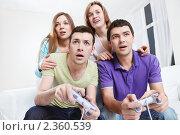 Компания друзей играю в приставку. Стоковое фото, фотограф Raev Denis / Фотобанк Лори