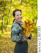 Купить «Счастливая женщина средних лет в осеннем парке», фото № 2367551, снято 30 сентября 2010 г. (c) Яков Филимонов / Фотобанк Лори