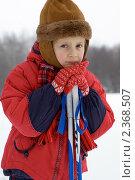 Купить «Грустная девочка лыжница в красной куртке опирается на лыжные палки на фоне снега», эксклюзивное фото № 2368507, снято 19 марта 2019 г. (c) Игорь Низов / Фотобанк Лори