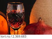 Купить «Красное вино в фужере, гранат и свечи», фото № 2369683, снято 15 февраля 2011 г. (c) Алексей Баринов / Фотобанк Лори