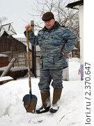 Купить «Пожилой мужчина стоит с лопатой  возле деревенского дома», эксклюзивное фото № 2370647, снято 9 января 2010 г. (c) Игорь Низов / Фотобанк Лори