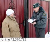 Участковый опрашивает пожилую женщину. Стоковое фото, фотограф fotobelstar / Фотобанк Лори