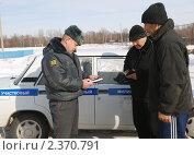 Купить «Участковый проверяет документы», фото № 2370791, снято 22 февраля 2011 г. (c) fotobelstar / Фотобанк Лори
