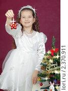 Купить «Девочка в нарядном белом платье держит в руке рождественскую звездочку», фото № 2370911, снято 23 сентября 2018 г. (c) RedTC / Фотобанк Лори